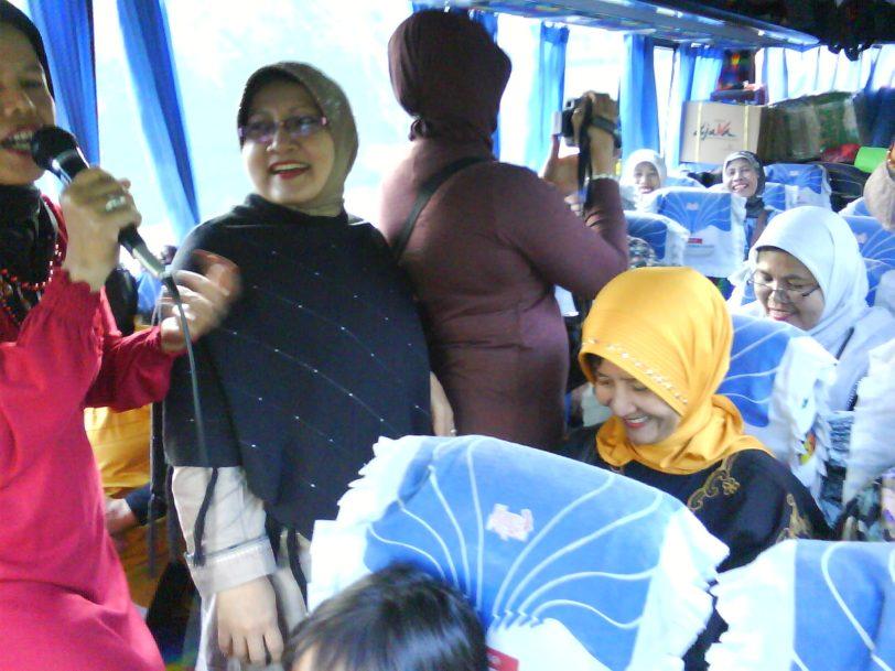 bernyanyi bergembira di dalam bus pariwisata...